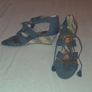Bandolino lady's wedge denim shoes